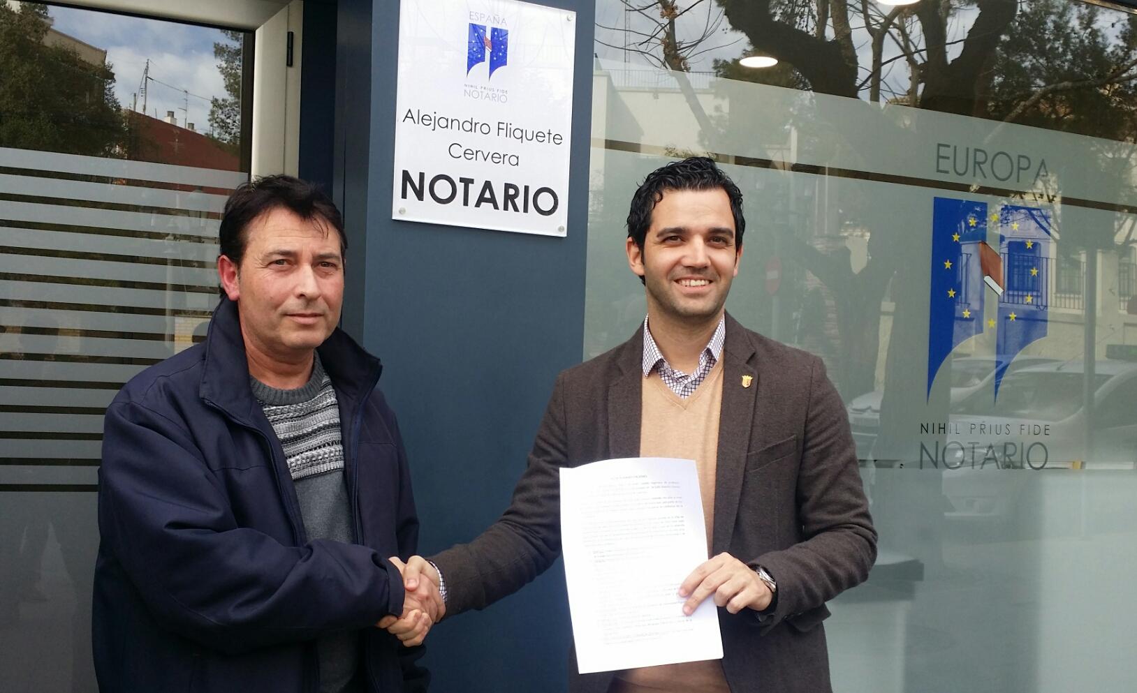 Sagredo firma ante notario en Paterna que o cumple, o dimite