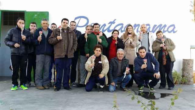Caixa Popular entrega a sus clientes una flor de golosina por San Valentín
