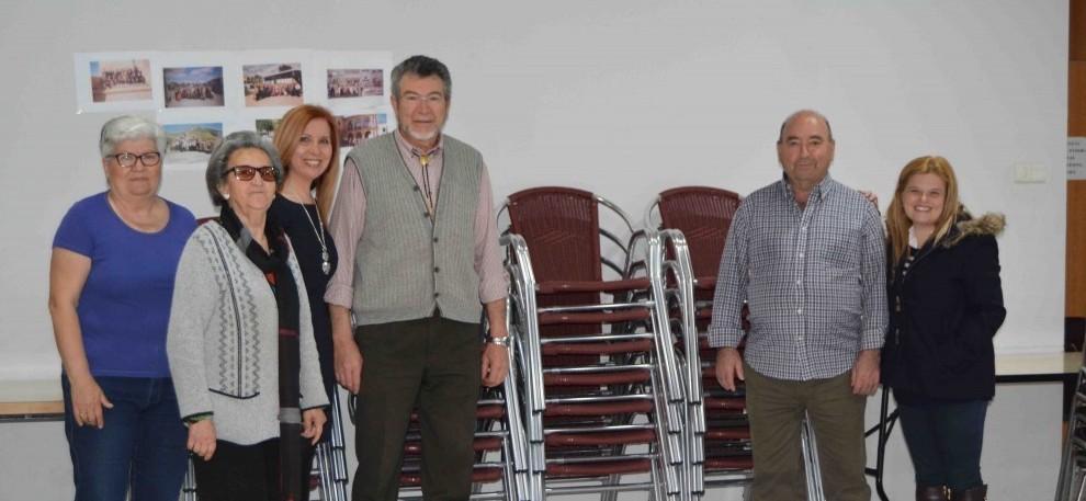 La alcaldesa de Aldaia entrega nuevas sillas a las asociaciones de la tercera edad