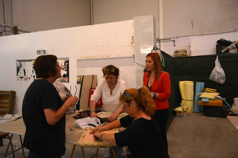 La alcaldesa de Aldaia visita el taller de tapicería desarrollado por la Asociación Afammer