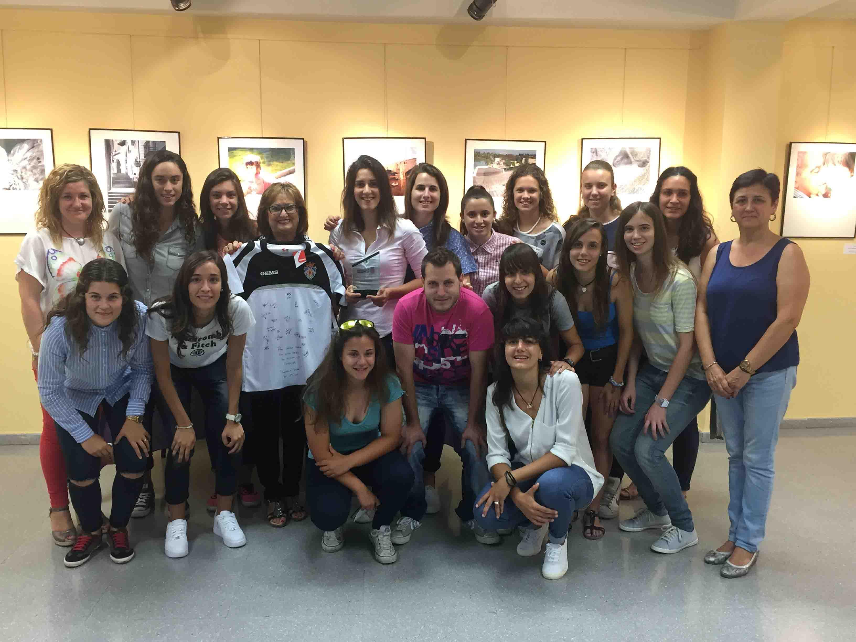 Las chicas del Mislata CF reciben un homenaje por su ascenso a Segunda División