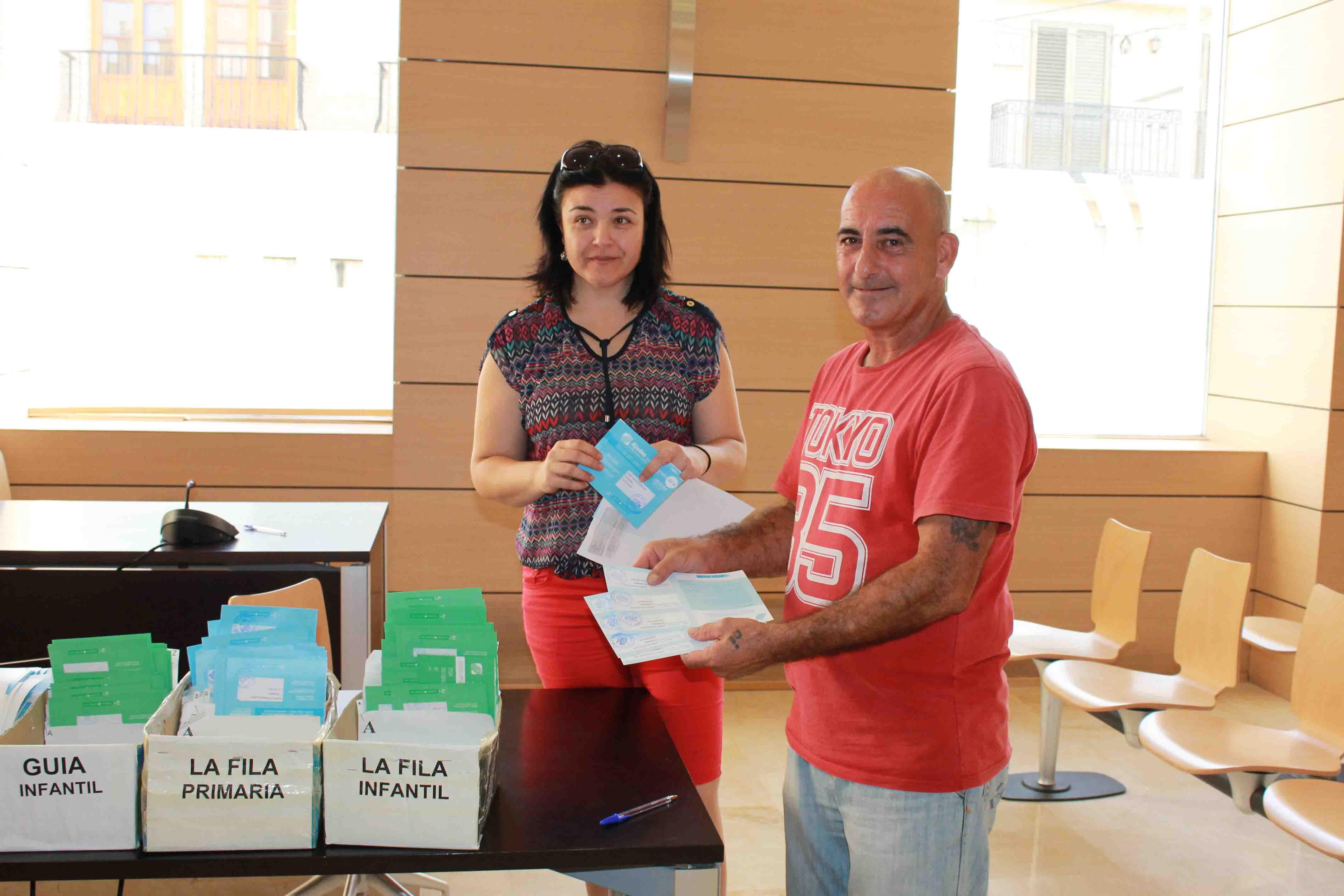 Empiezan a repartirse los bonos escolares que entrega el Ayuntamiento de Alfafar
