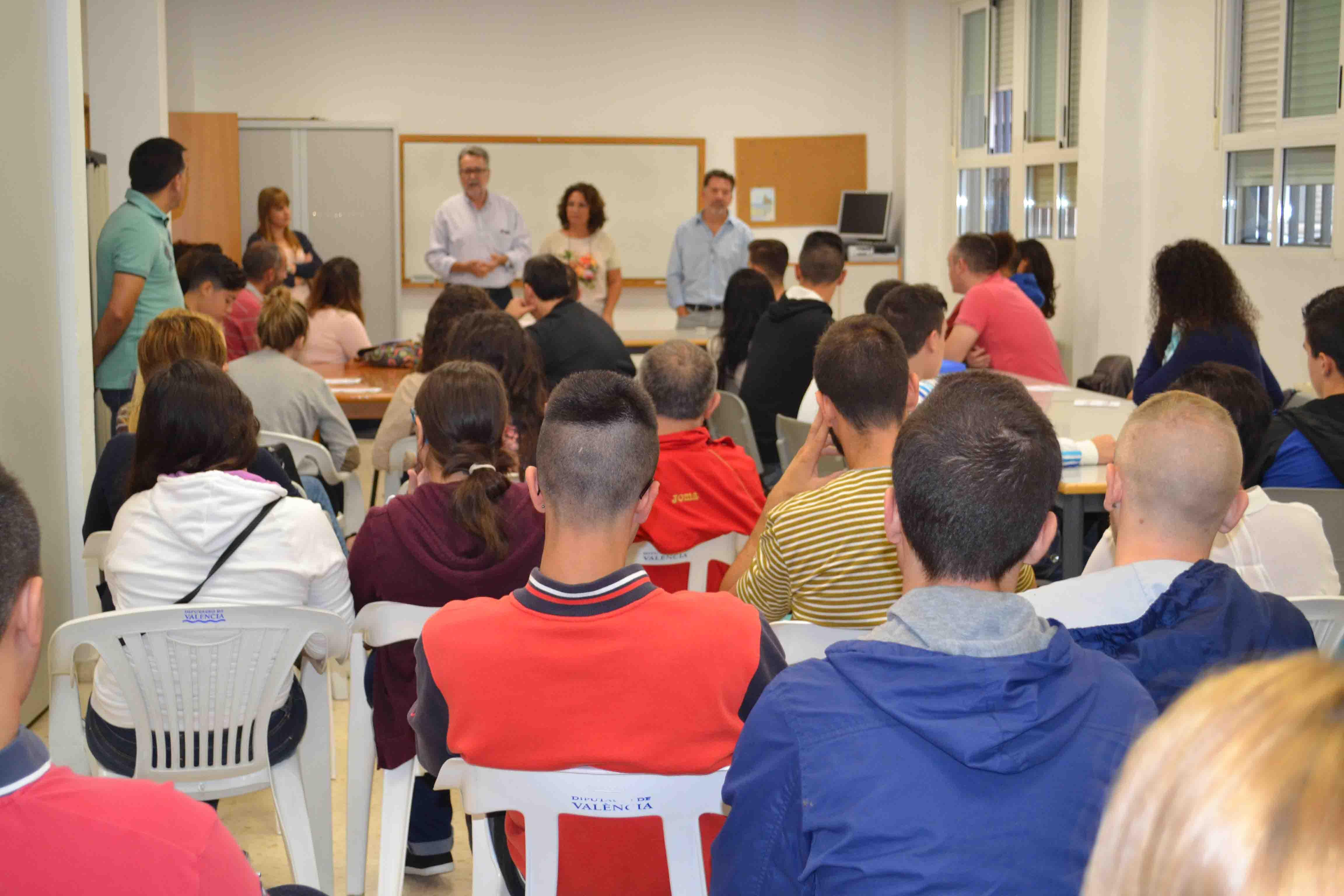 400 alumnnos inician las clases en la escuela permanente de adultos de Albal