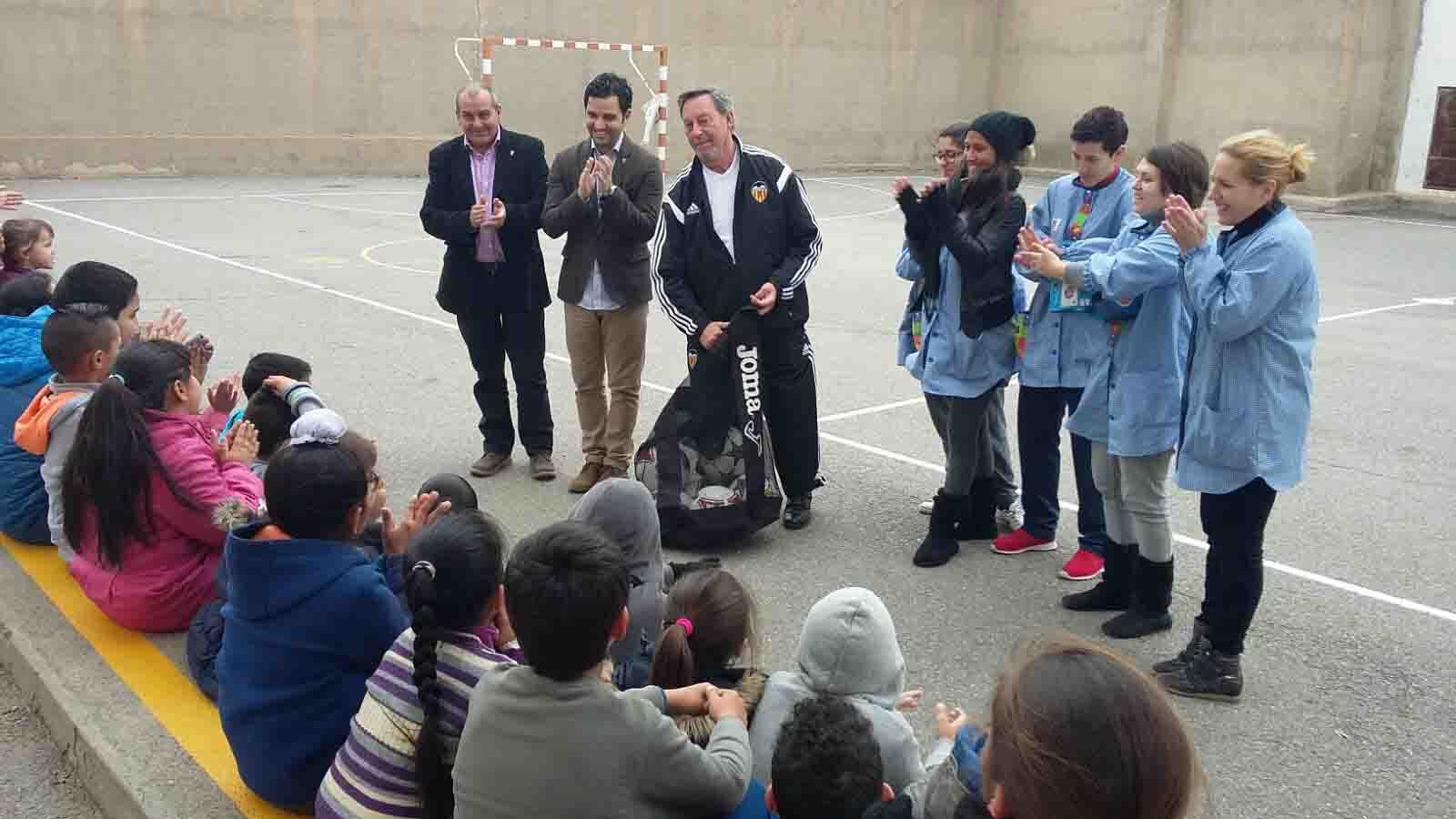 El Valencia CF dóna material esportiu als menors de Paterna que assisteixen al menjador escolar els caps de setmana
