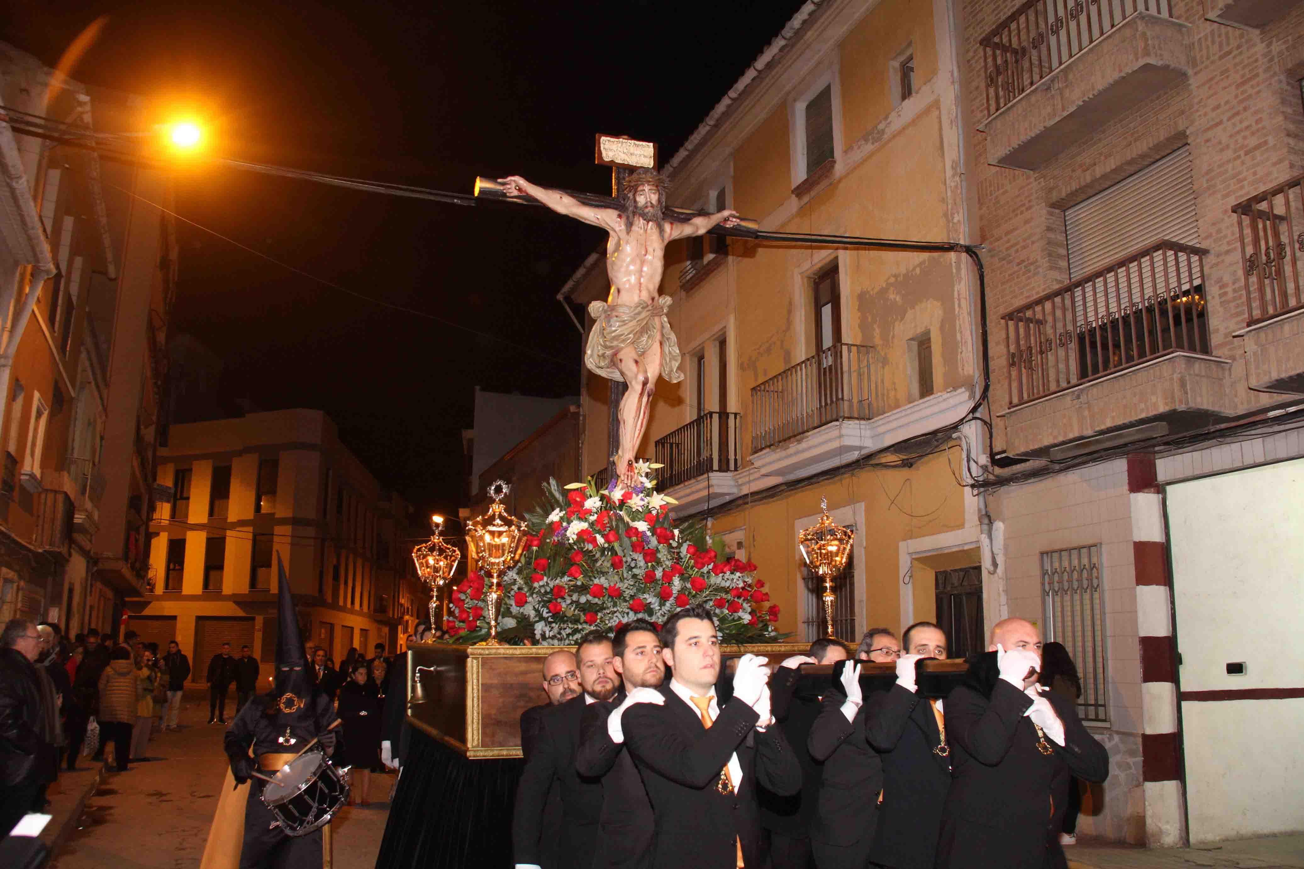 Torrent procesiona el Crist del Perdó con el paso de les Set Paraules y el Crist del Perdó a hombros
