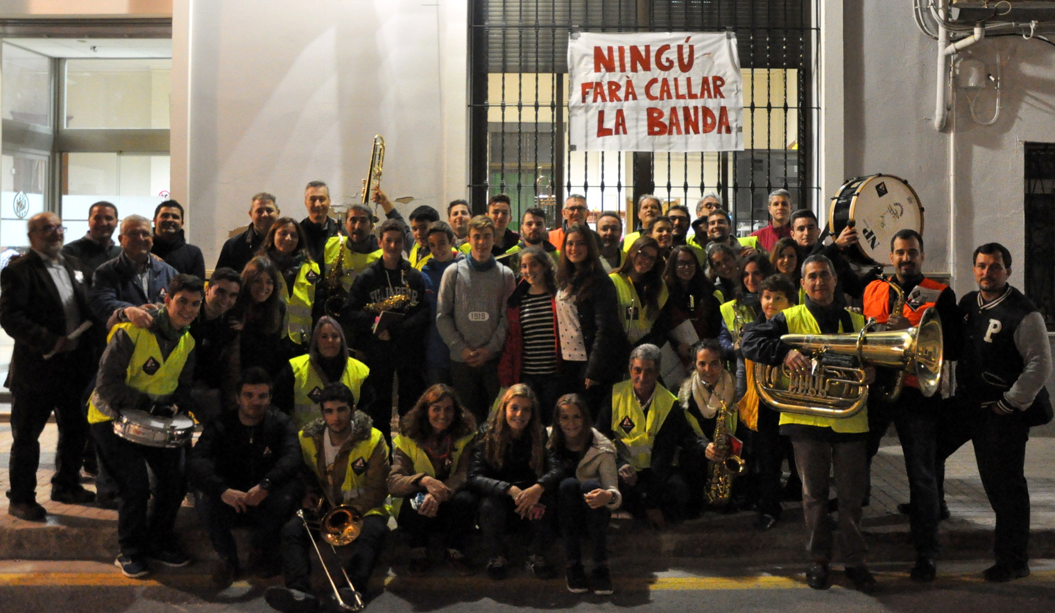 La banda de Massarrojos reivindica un local vistiendo chalecos reflectantes