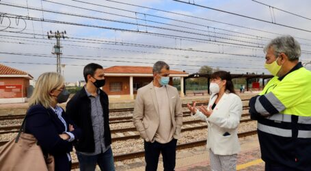 Cantó viaja en tren hasta Massalfassar para denunciar el abandono de las cercanías y exigir más inversión