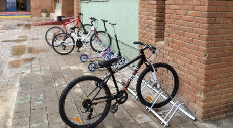 Paiporta aposta per la mobilitat sostenible als centres escolars amb la implantació de nous aparca bicis
