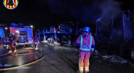 Incendio en Catarroja de dos camiones, uno de ellos con vehículos en su plataforma