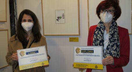 Correos entrega a Bárbara Llinares, vecina de Burjassot, el premio como ganadora del concurso Disello